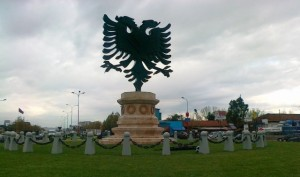 Monumenti-i-Shqiponjës-i-vendosur-në-vitin-2012-në-hyrje-të-Tiranës