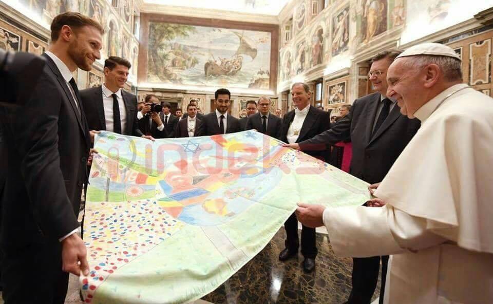 Papa e merr një dhuratë nga yjet e futbollit gjerman, me flamurin e Kosovës dhe Shqipërisë (Foto)