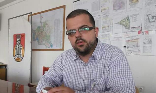 Kujt po i shërben gazetari që tërë kohën  sulmon  ministrin Taravari     Foto