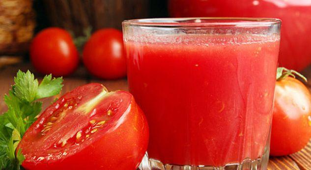 Arsyet se pse duhet ta konsumoni lëngun e domateve