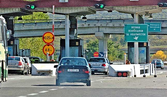 E ndalojnë kinse për t i dhënë ndihmë  i vjedhin 70 000 euro në autostradën Shkup Kumanovë
