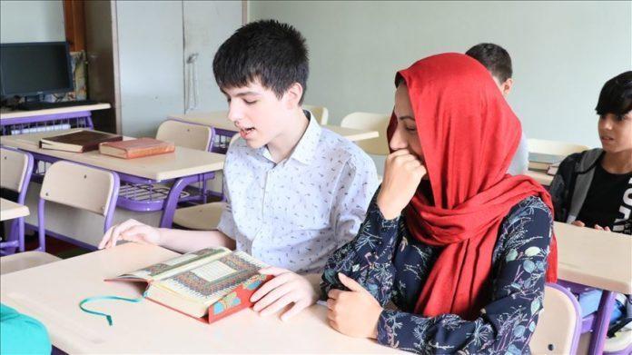 16 vjeçari me autizëm bëhet hafiz  mëson Kuranin përmendësh